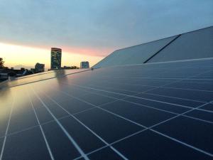 zonnepanelen met uitzicht op de Rabotoren